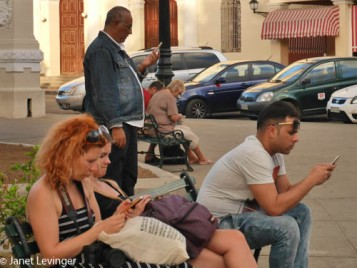 Cienfuegos--everyone does Internet in the Square